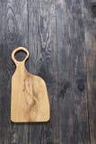 Schneidebrett auf einer Holzoberfläche Lizenzfreies Stockbild