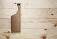 Schneidebrett auf einer Holzoberfläche Stockbild