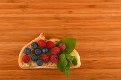 Schneidebrett mit Sandwich von Blaubeeren und von Himbeeren auf Br Lizenzfreie Stockbilder