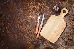 Schneidebretter, Messer und Gabel auf einem rustikalen Lizenzfreies Stockfoto