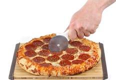 Schneiden der frischen Pizza Stockfotografie