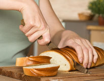 Schneiden des Brotes stockfoto