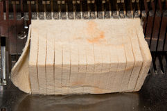 Schneiden des Brotes stockfotografie