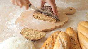Schneiden des Brotes Ausschnitt-Scheibe des Hauptbrotes auf hölzernen Brettern schnitt das Brot stock video footage