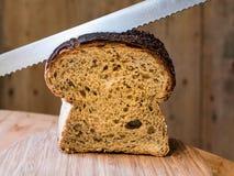 Schneiden des Getreidespeicher-Brotes Stockbild