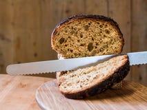 Schneiden des Getreidespeicher-Brotes Lizenzfreie Stockbilder