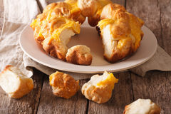 Schneiden Sie Affebrot mit Käsenahaufnahme auf einer Platte horizontal Stockfotos