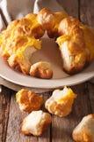 Schneiden Sie Affebrot mit Käsenahaufnahme auf einer Platte vertikal Lizenzfreies Stockbild