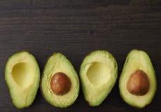 Schneiden Sie Avocadohälften und -samen Stockfotografie