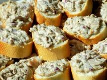 Schneiden Sie Brot mit Tuna Spread vom Abschluss oben stockfoto