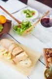 Schneiden Sie Brot und Käse Stockfoto