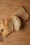 Schneiden Sie das Brot, das Luftbeschaffenheit des Mehls auf hölzernem Block mit Webarthintergrund zeigt und kopieren Sie Raum Stockfoto