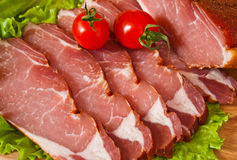 Schneiden Sie das Fleisch, das mit cerry und lattuce köstlich ist Lizenzfreie Stockfotos
