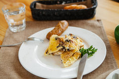 Schneiden Sie das Omelett auf dem Teller stockbilder