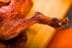 Schneiden Sie das Stücke gekochte guine Schweinfleisch, das auf Holzoberfläche nahe bei Kartoffeln, tostados und Schüssel Salsa l lizenzfreie stockbilder