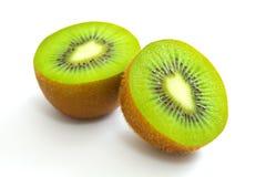 Schneiden Sie den Kiwifruit, der auf weißem Hintergrund lokalisiert wird Lizenzfreie Stockbilder