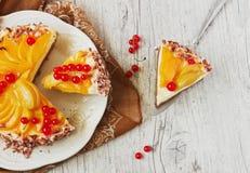Schneiden Sie den Kuchen mit Frucht Stockfoto
