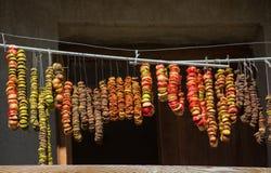 Schneiden Sie die Äpfel, die auf einem Seil getrocknet werden Lizenzfreies Stockfoto