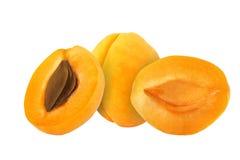 Schneiden Sie die Aprikosenfrüchte, die auf weißem Hintergrund lokalisiert werden stockbilder