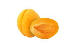 Schneiden Sie die Aprikosenfrüchte, die auf weißem Hintergrund lokalisiert werden stockbild