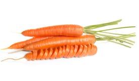 Schneiden Sie die Karotte, die auf einen weißen Hintergrund gesprungen wird stockfotografie