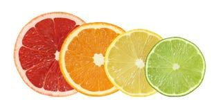 Schneiden Sie die lokalisierten Pampelmusen-, Orangen-, Zitronen- und Kalkfrüchte stockbilder