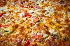 Schneiden Sie die Pizza stockfotografie