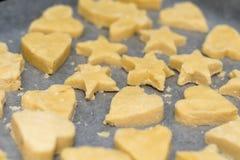 Schneiden Sie die Vanille-Kekskekse, die bereit sind gebacken zu werden Lizenzfreie Stockfotos