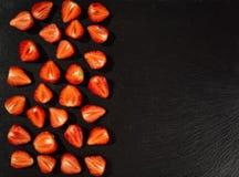 Schneiden Sie Erdbeeren, Erdbeeren in einem Schnitt, Erdbeeren im Korb Lizenzfreie Stockbilder