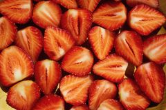 Schneiden Sie Erdbeeren, Erdbeeren in einem Schnitt, Erdbeeren im Korb Stockbild