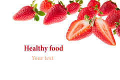 Schneiden Sie Erdbeeren mit Erdbeermuster Getrennt Makro Beschaffenheit Feld mit Exemplarplatz stockfotografie