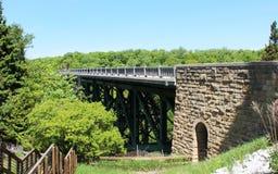 Schneiden Sie Fluss-Brücke von weitem Lizenzfreie Stockbilder