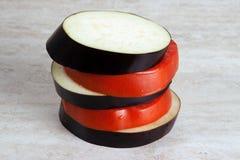 Schneiden Sie frisch Aubergine und Tomate Stockfoto