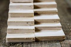 Schneiden Sie frisch Sperrholz Sperrholzstreifen vereinbart in den Stapeln Warehous Stockfotos