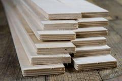 Schneiden Sie frisch Sperrholz Sperrholzstreifen vereinbart in den Stapeln Warehous Stockfoto
