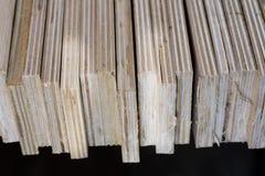Schneiden Sie frisch Sperrholz Sperrholzstreifen vereinbart in den Stapeln Warehous Stockbild
