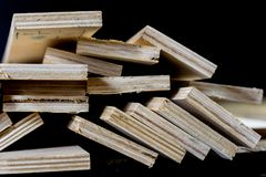 Schneiden Sie frisch Sperrholz Sperrholzstreifen vereinbart in den Stapeln Warehous Stockbilder