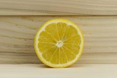 Schneiden Sie frische saftige natürliche saure Zitrone auf hölzernem Hintergrund Lizenzfreies Stockbild