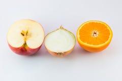 Schneiden Sie frisches des Apfels, der Orange und der Zwiebel Lizenzfreies Stockbild