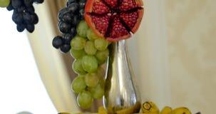 Schneiden Sie Frucht auf einer Platte auf der Gabel stock video