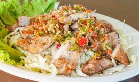 Gegrillter Schweinefleisch-würziger Salat Stockbilder