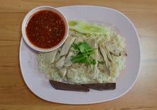 Schneiden Sie gekochten Hühnerbelag auf dem Reis, der mit Hühnersuppe gedämpft wird Lizenzfreie Stockfotografie