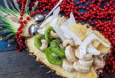 Schneiden Sie in halbe Ananas mit Kokosnuss, chia, Kiwi, Acajoubaum Stockbild