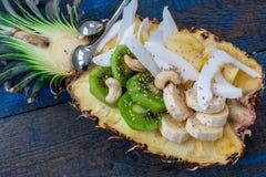 Schneiden Sie in halbe Ananas mit Kokosnuss, chia, Kiwi, Acajoubaum Stockfoto