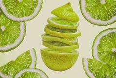Schneiden Sie hellen gesättigten weißen weichen Hintergrund der grünen Frucht der frischen saftigen Zitronenkalknahaufnahme Lizenzfreie Stockfotografie