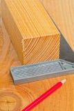 Schneiden Sie Holz mit Versuchquadrat und -bleistift Stockfoto