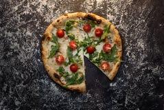 Schneiden Sie Käsepizza mit Mehl auf Draufsicht des dunklen hölzernen Hintergrundes Stockbild