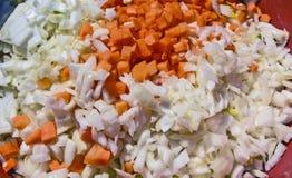 Schneiden Sie Karotten und Zwiebeln Stockfoto
