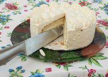 Schneiden Sie Kuchen auf einer schönen Tischdecke Lizenzfreie Stockfotografie