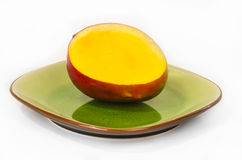Schneiden Sie Mango auf einer Platte stockfotos